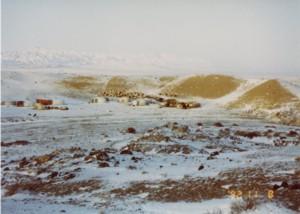 一夜にして雪に覆われた冬営地